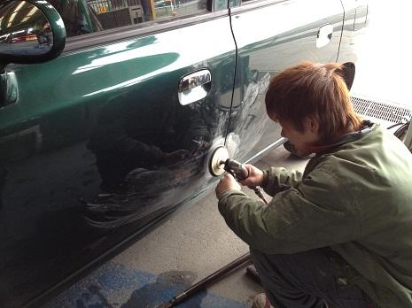 まず始めに、ぶつけてしまったところの塗装を剥がして鉄板を出します。