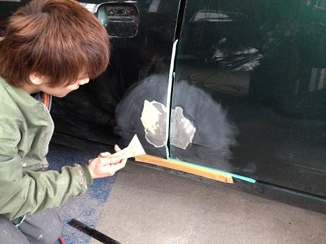 鉄板をきれいに平らに仕上げたら、パテをつけます。